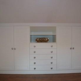 Armario con puerta de persianilla lacado blanco.