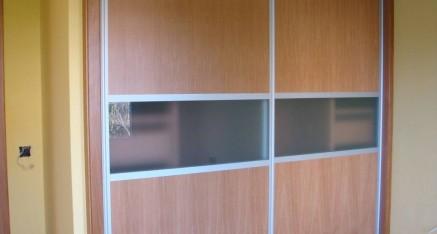 Armario puertas correderas rechapadas en roble + cristal mate.