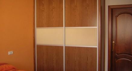 Puertas correderas perfil aluminio con rechapado de roble y cristal marfil lacado