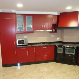 Formica Tetris Granate + Granito Negro Sudáfrica y cocina de leña del cliente.