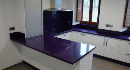 Cocina formica blanca brillo con encimera en Compac color lila