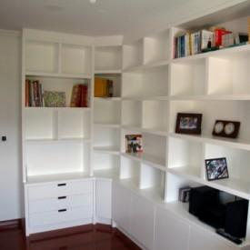 Librería lacada en blanco satinado con divisores en los estantes