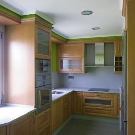 Cocina en madera de haya y encimera en Compac Ceniza