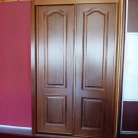 Puertas correderas de armario en sapely moldurado